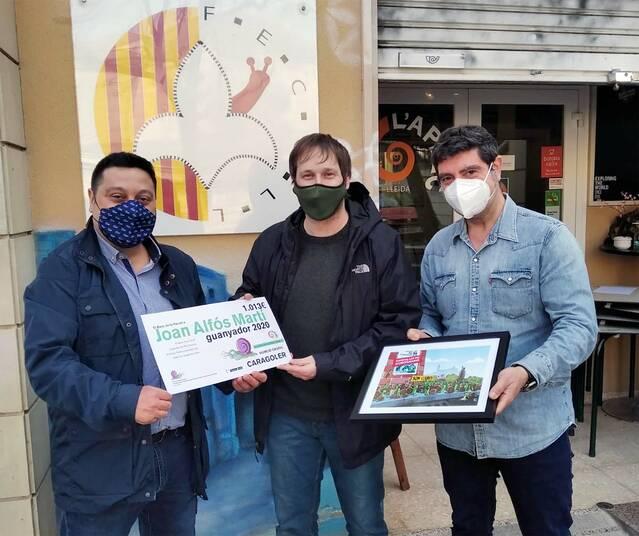 Joan Alfós, guanyador del Concurs Internacional d'Humor Gràfic Caragoler 2020, lliura la vinyeta original a la Fecoll