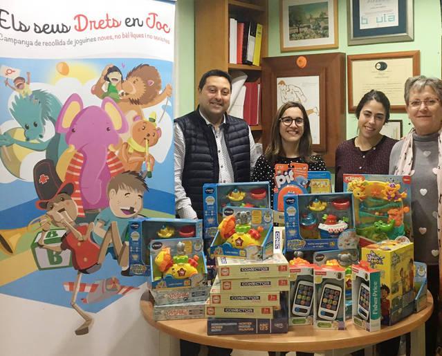 """La Fecoll lliura 50 joguines a Creu Roja Joventut per a la campanya """"Cap infant sense joguina"""""""