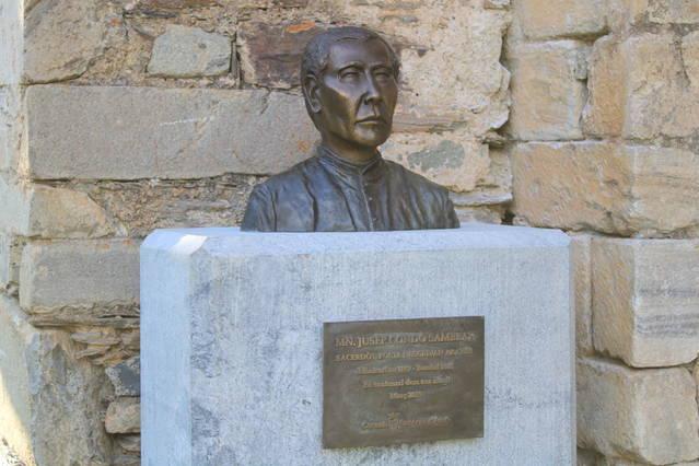 Bust en aunor a Mn. Jusèp Condò e Sambeat en Montcorbau