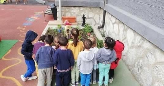Naut Aran crompe ua jardinèra entàs escòles d'Arties e Gessa