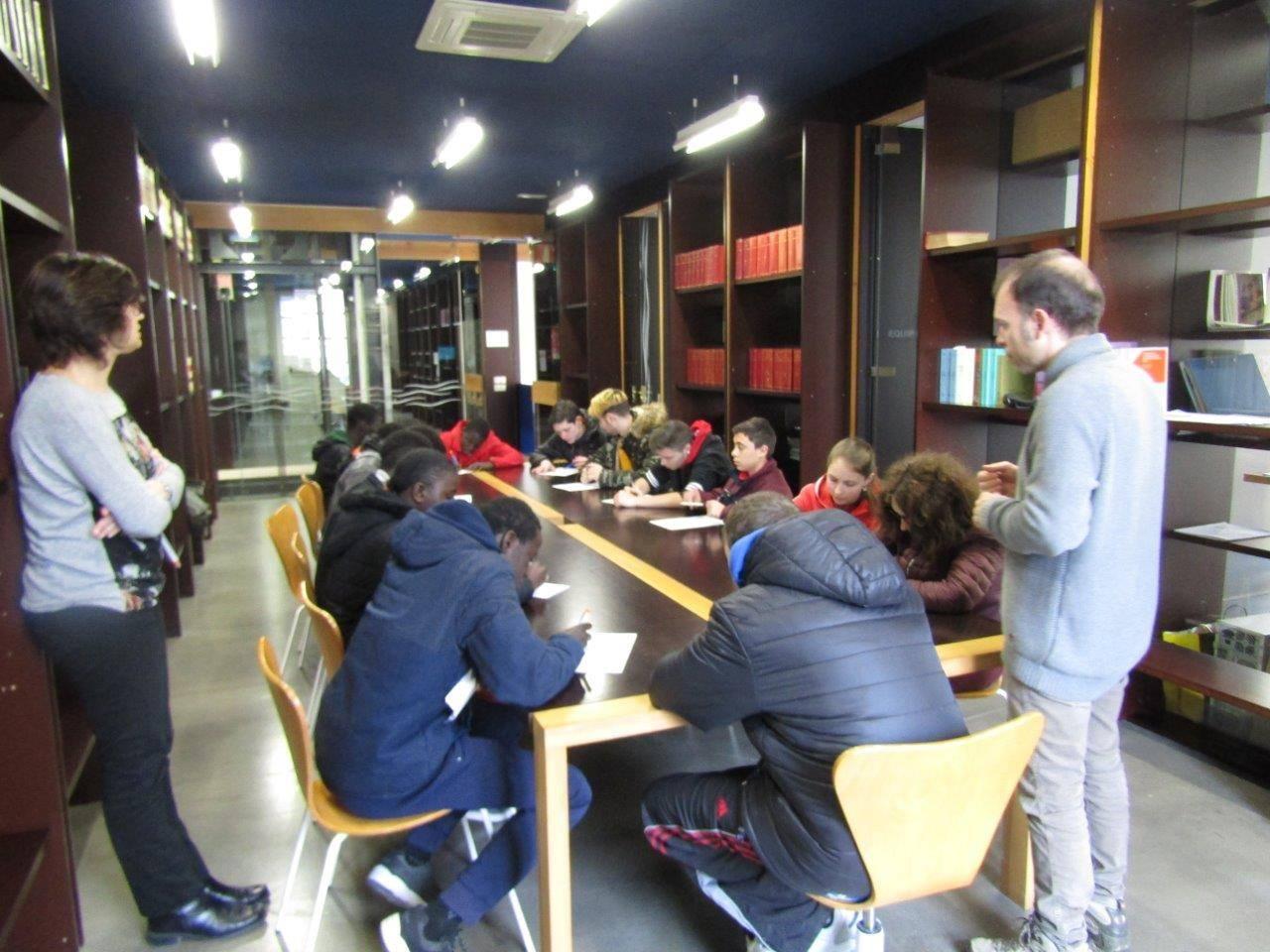 Alumnes de l'aula d'acollida de Guissona visiten l'ajuntament
