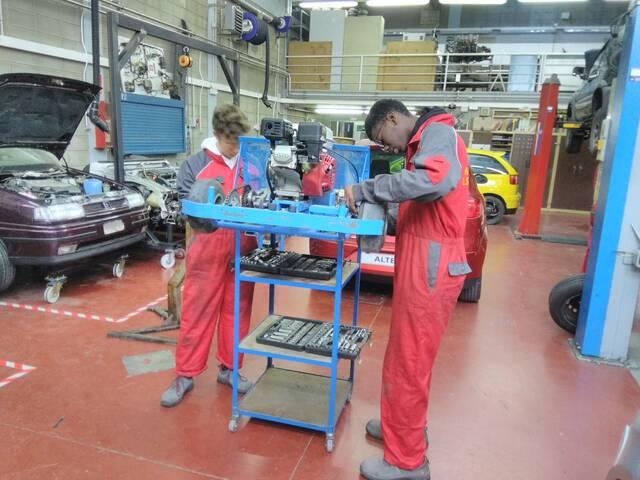 Alumnes d'Electromecànica de l'institut La Segarra fan pràctiques al parc de trànsit de Cervera