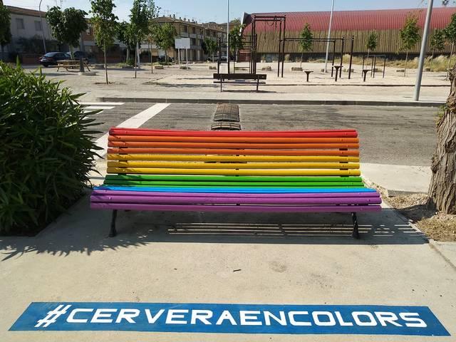 Cervera pinta mobiliari urbà amb els colors del col·lectiu LGBTIQ