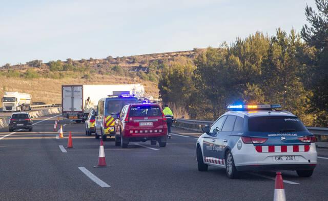 Dos ferits, un de caràcter greu, en un accident entre dos camions a l'A-2 a Cervera