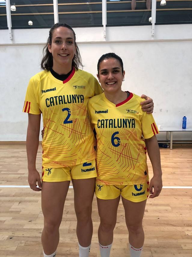 Dues exjugadores de l'acle campiones de la copa iv nacions amb la selecció catalana absoluta d'handbol