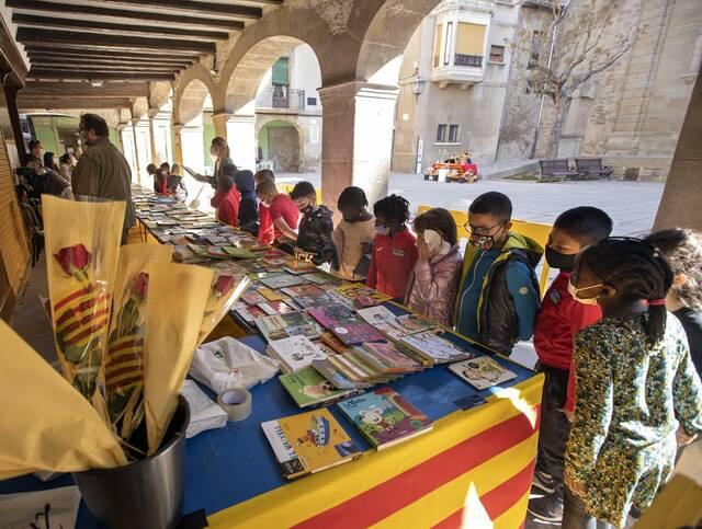 El centre històric de Guissona s'omple d'activitat per Sant Jordi