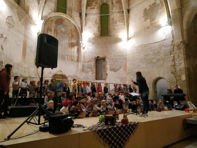 La coral infantil Nova Cervera celebra un any més la castanyada tot cantant