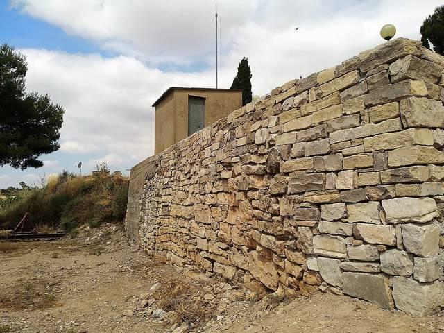 La Paeria restaura un mur de pedra al municpi de La Prenyanosa