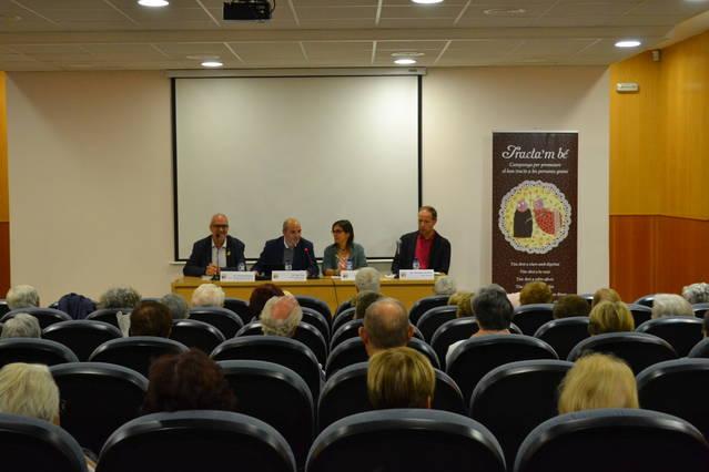 L'escriptor Francesc Torralba omple la Sala Francesc Buireu de Cervera parlant de la maduresa