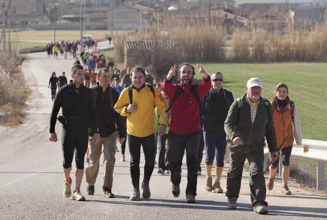 Participants de la Marxa dels Castells netegen l'entorn