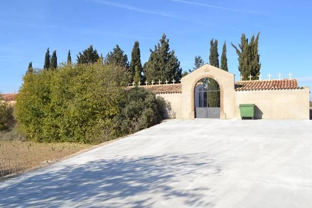 Sant Ramon pavimenta l'accés al cementiri de la Manresana