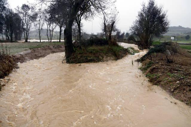 Tall de carretera a les Olugues a causa del desbordament del riu Sió
