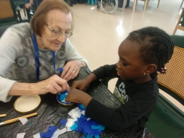 Trobades intergeneracionals a Guissona entre els alumnes de P3 i els avis i àvies de la Fundació BonArea