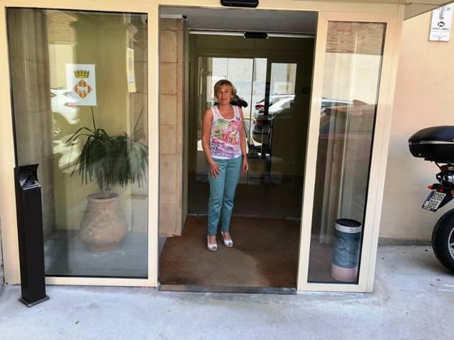 Instal·len portes automàtiques a l'Ajuntament de les Borges Blanques