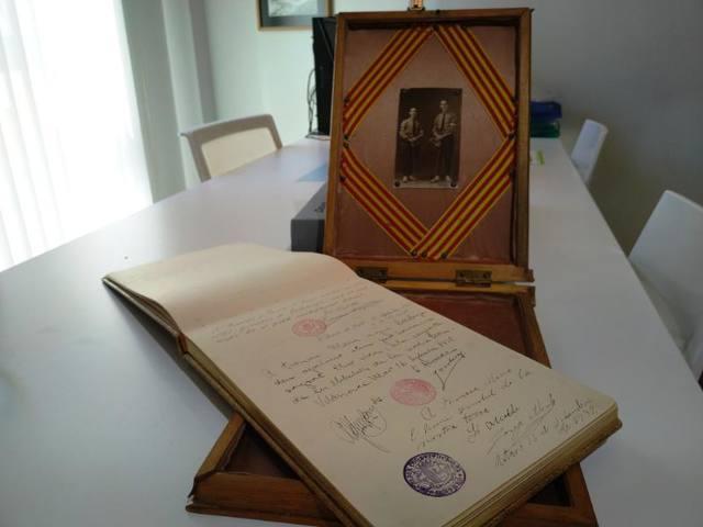 L'Espai Macià rep un llibre inèdit de dedicatòries al President