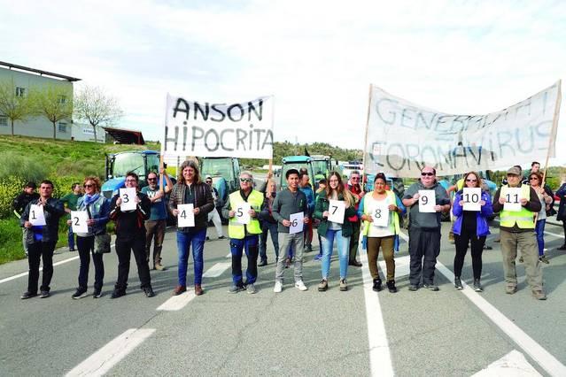 Més de cent persones tallen la C-12 i càrrecs de JxCat, contra Jordà