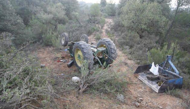 Mor un home de 89 anys al bolcar amb el seu tractor als Torms
