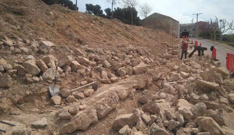 Un mur de pedra seca per a un aparcament a la Granadella
