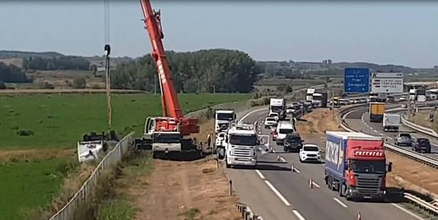 Bolca un camió a l'autovia a Bell-lloc d'Urgell