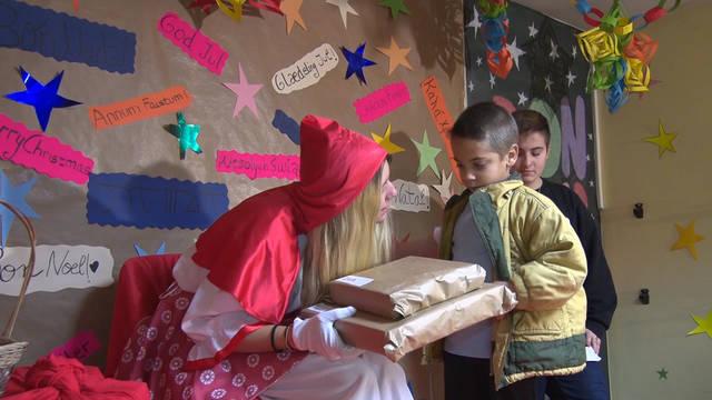 La Vermelleta entregant les joguines als nens i nenes