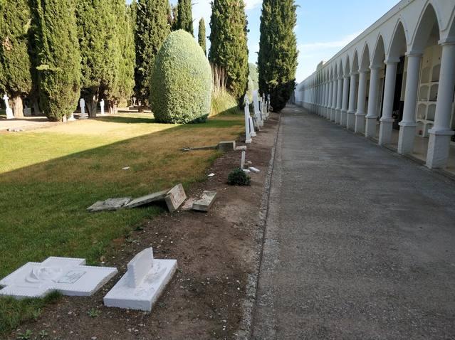 Denuncien destrosses al cementiri del Palau d'Anglesola