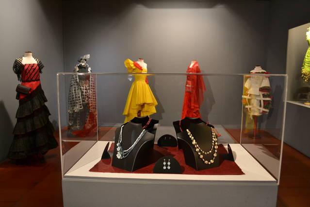 El Centre d'Històries de Saragossa acull fins el 18 de març una exposició de 40 vestits de paper i 20 Barbie