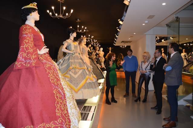 El director de l'Agència Catalana de Turisme visita el Museu de Vestits de Paper per explorar-ne la projecció