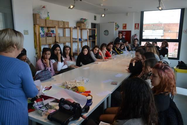 El Museu de Vestits de Paper ensenya tècnica als alumnes del Grau de Moda del Guindàvols