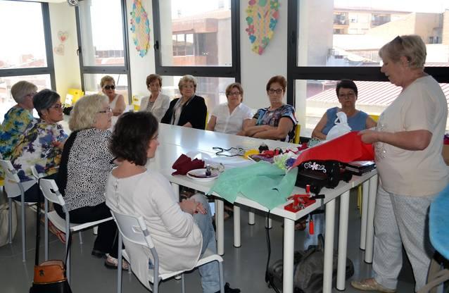 El Museu de Vestits de Paper ensenya tècniques de confecció a una dotzena de participants en un curs