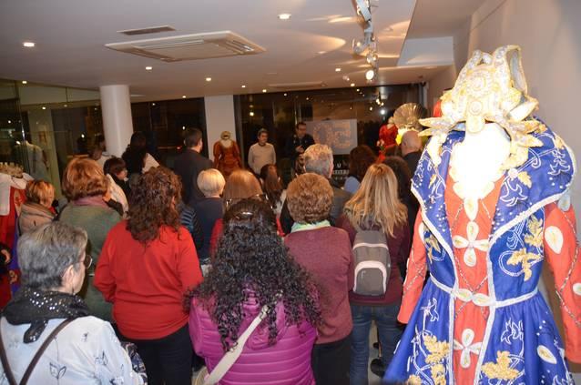 El Museu de Vestits de Paper mostra fins el 16 de febrer una vintena de peces donades al seu fons