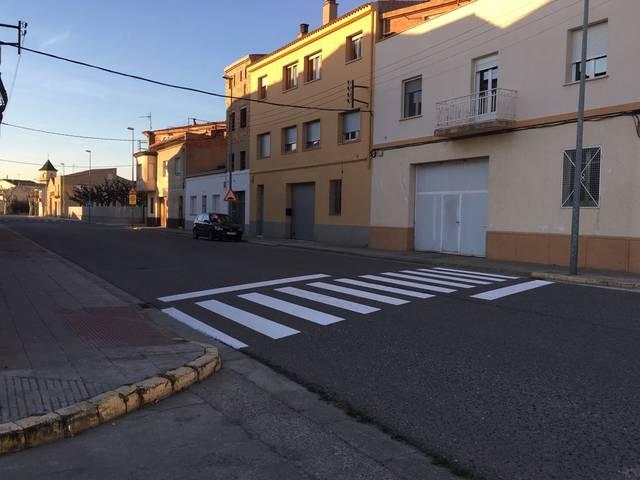 El Palau d'Anglesola pinta sis passos de vianant per millorar de la seguretat a l'interior del municipi