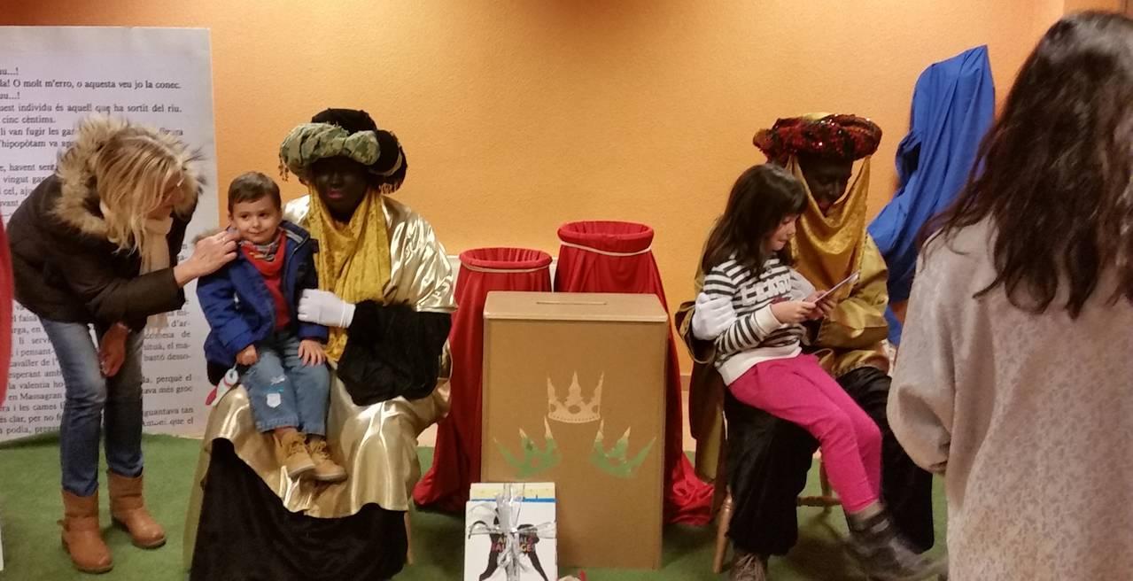 El patges reials visiten la biblioteca per recollir cartes