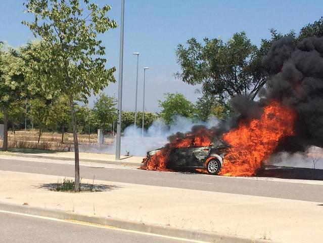 Espectacular incendi d'un cotxe al polígon de Bell-lloc d'Urgell