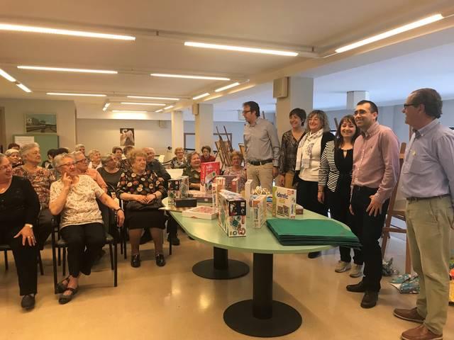 La Colla dels 50 de Mollerussa obsequia el Casal d'Avis amb un lot de jocs de taula