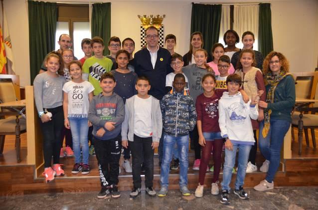 L'alumnat de 6è de Les Arrels s'entrevisten amb l'alcalde de Mollerussa per aprendre sobre el Parlament i la ciutat