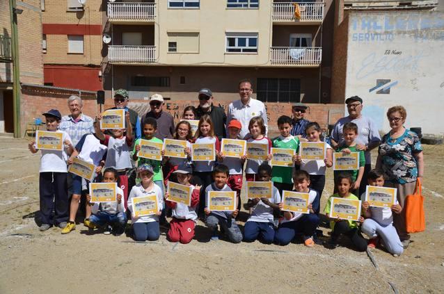 Les bitlles reuneixen a una desena d'usuaris del Casal d'Avis amb 200 escolars en una trobada d'intercanvi