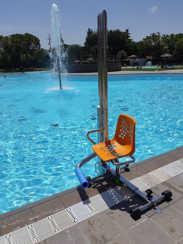 Les piscines de Mollerussa estrenen un elevador per a facilitar l'accés a persones amb mobilitat reduïda