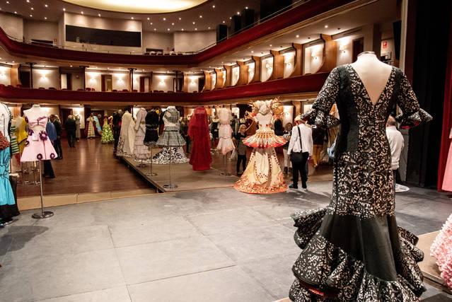 Mollerussa entra al Guinness World Records per omplir amb 500 vestits de paper el Teatre L'Amistat
