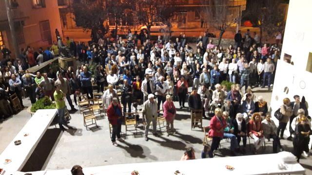 Veïns i veïnes de Linyola cantant els Segadors després de conèixer el resultat del recompte de vots