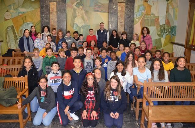 Una cinquantena d'alumnes de sisè curs de Les Arrels visita l'Ajuntament per saber-ne el funcionament
