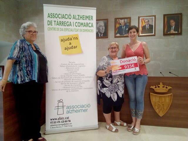 Agramunt entrega 935 euros a l'Associació de Familiars de Malalts d'Alzheimer de Tàrrega