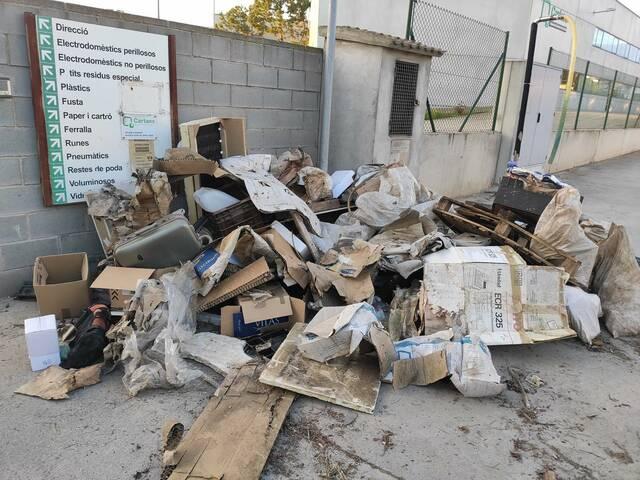 Cartaes denuncia l'enèsim abocament de residus a la porta de la deixalleria de Tàrrega