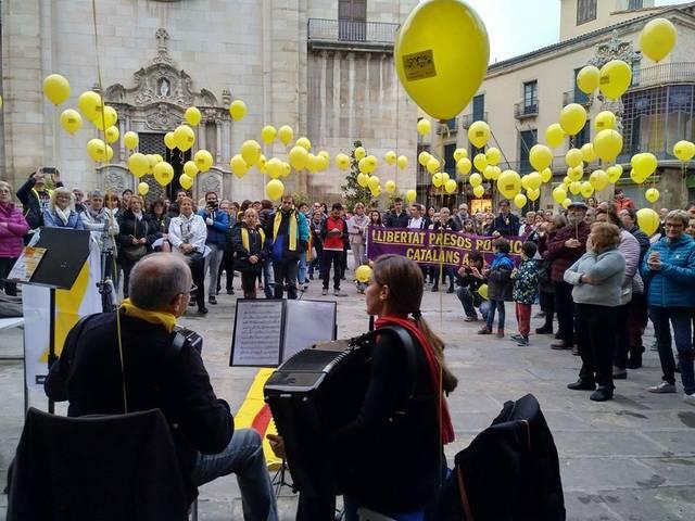 Concentració a Tàrrega el dia que Jordi Cuixart i Jordi Sánchez fa sis mesos que són a la presó
