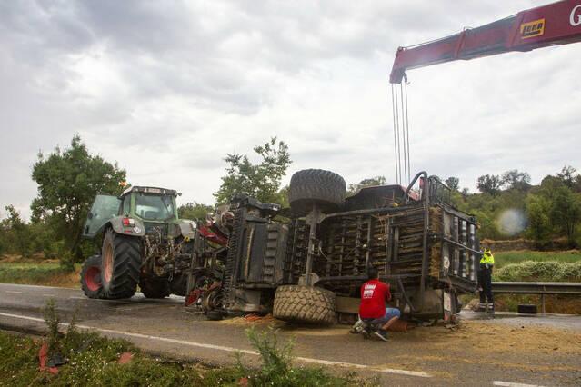 Il·lès a l'accidentar-se amb el tractor a l'L-303 a Puigverd d'Agramunt