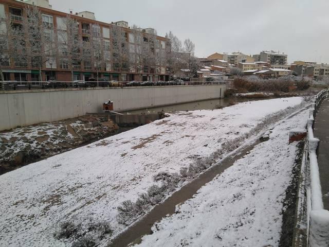 La neu vesteix de blanc la capital de l'Urgell