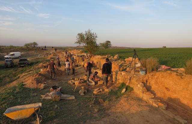La reconstrucció d'un marge de pedra seca a Castellserà aplega una trentena de participants