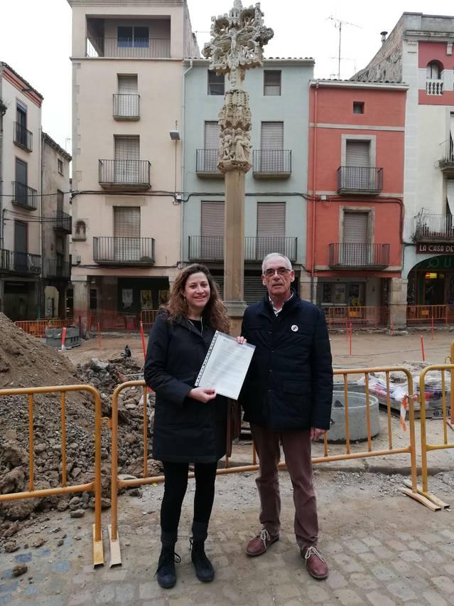 Entitats targarines reuneixen 500 firmes en 7 dies per demanar un debat públic sobre la creu de la plaça Major