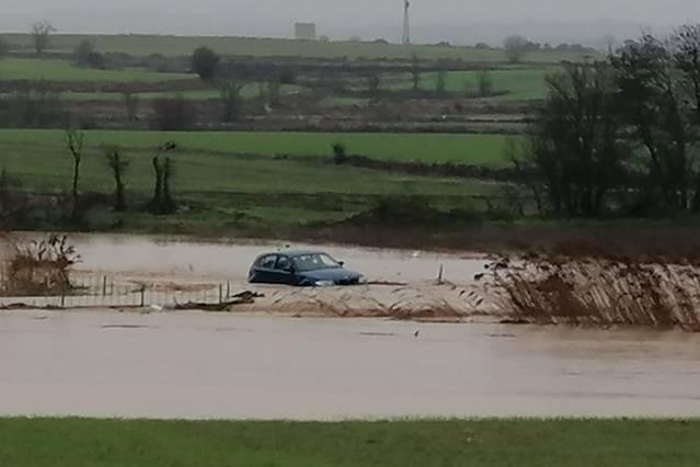 Rescaten el conductor d'un vehicle atrapat a Ossó de Sió pel desbordament del riu Sió