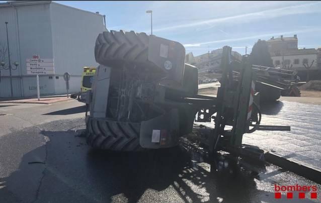 Un tractor bolca a l'entrada de Tàrrega
