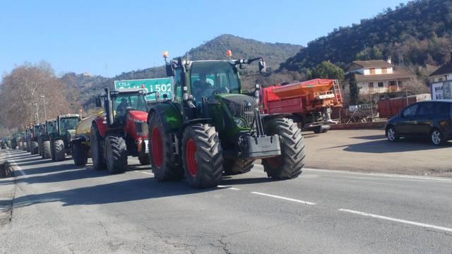 Una cinquantena de ramaders tallen la C14 en protesta contra les limitacions d'ampliar i construir noves granges